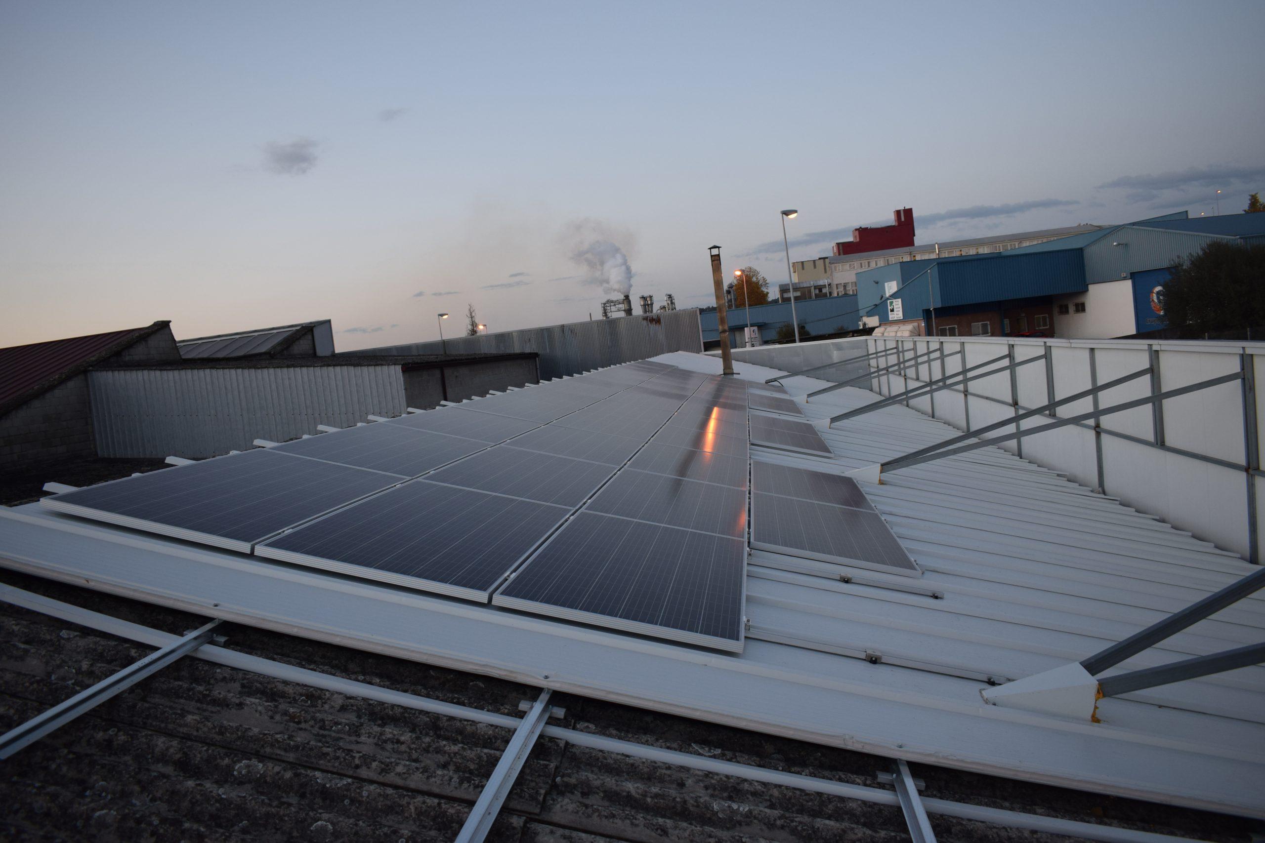 paneles fotovoltaicos en fábrica